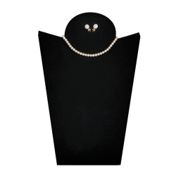 Necklace and earrings with pearls